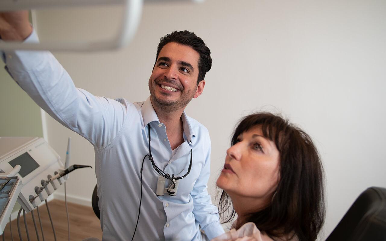 Dentalnord Dr. Salehi bei Behandlung von Patientin